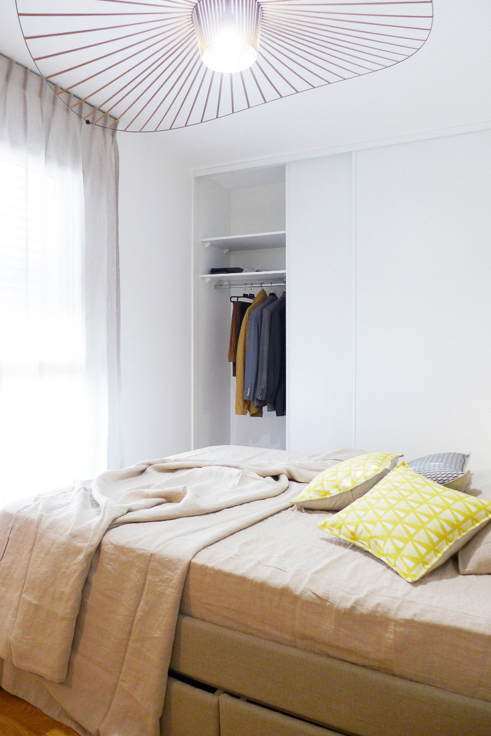 Réalisation blanc, bleu, jaune. Un appartement au mobilier signé et sur mesure.