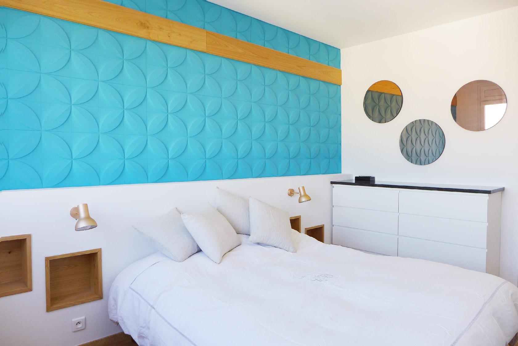 Vue d'une chambre double avec une tête de lit originale et sur mesure.