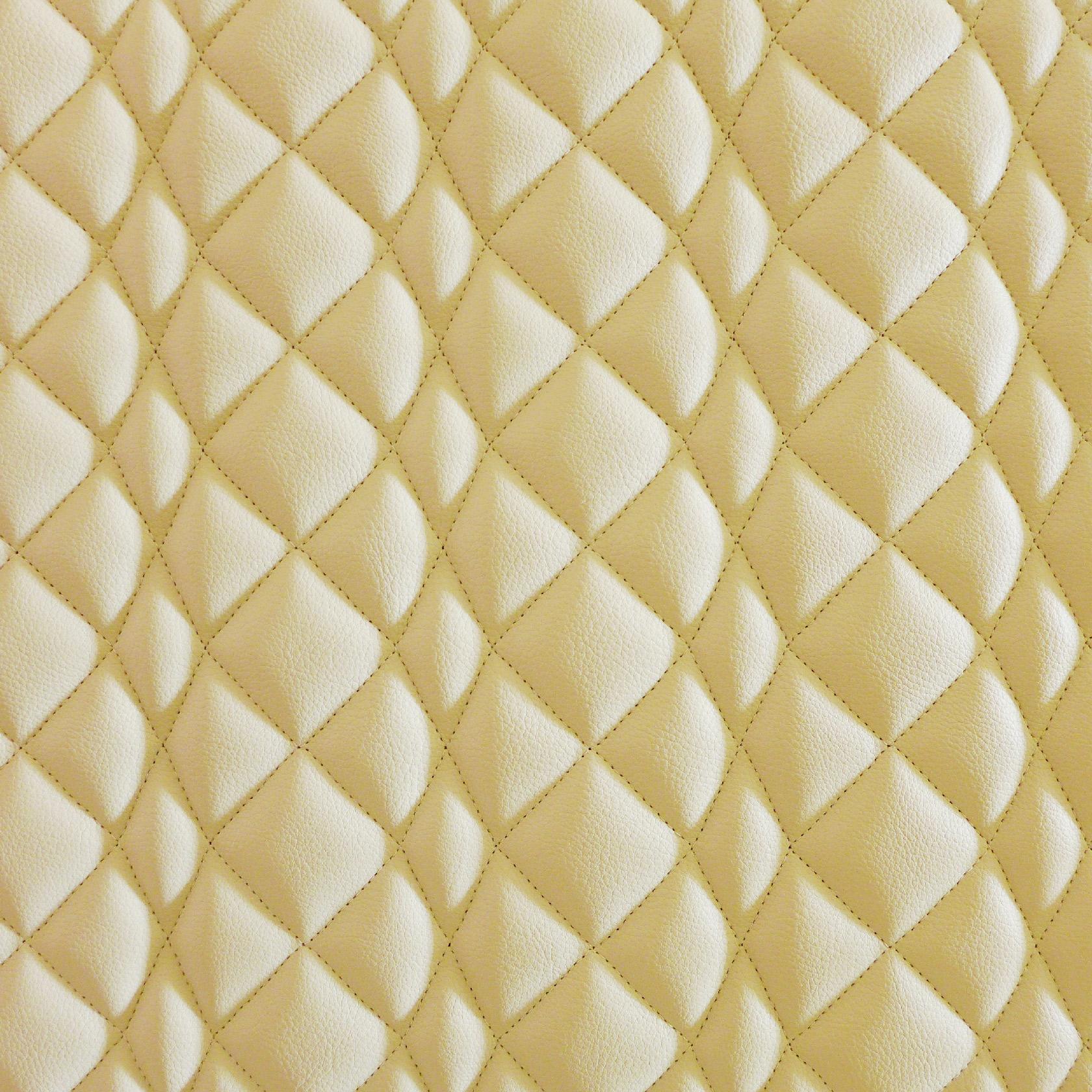 Détail d'une banquette. Le cuir est matelassé de façon à faire des motifs en relief.