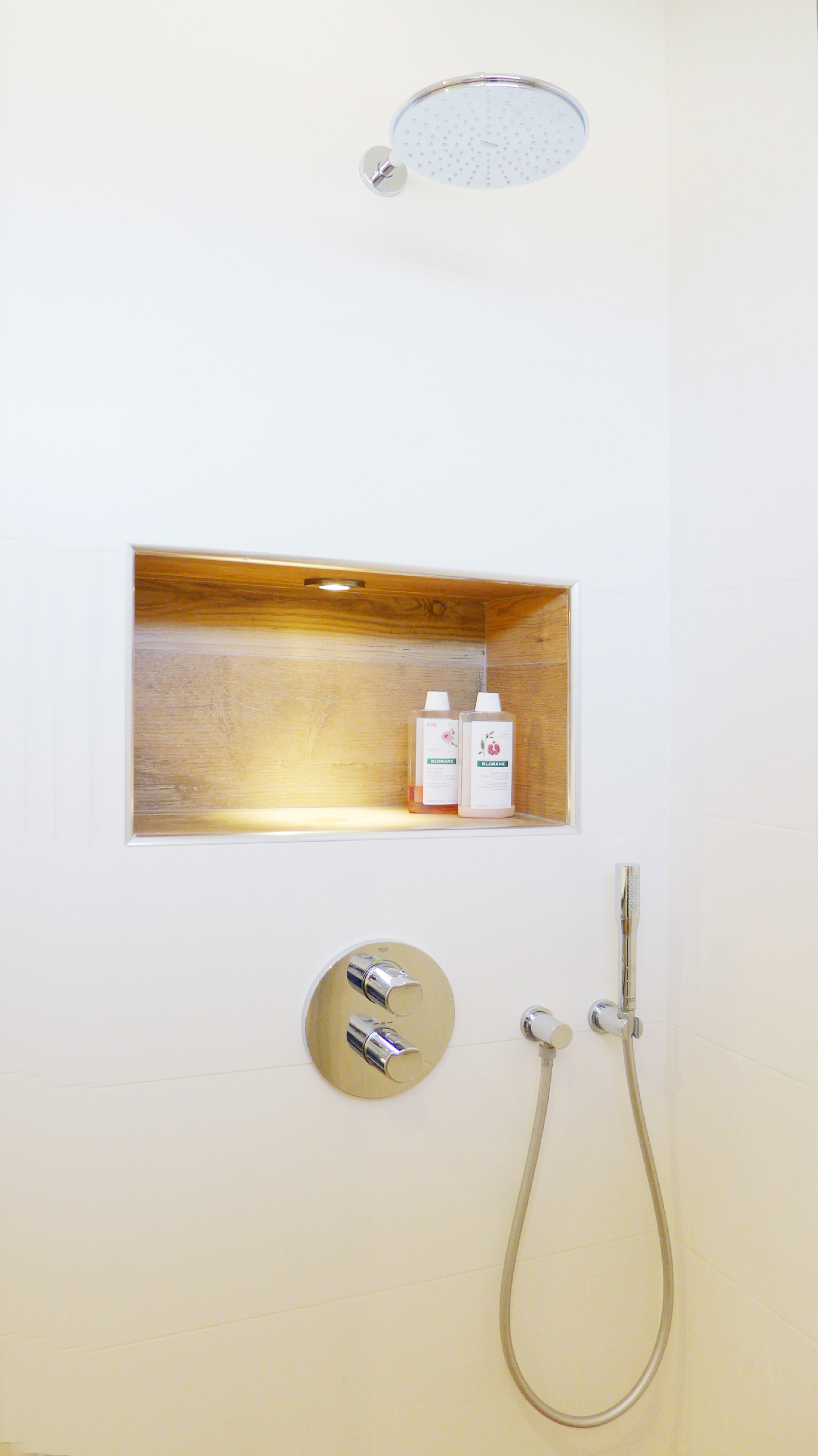 Dans la douche, une niche murale permet de poser ses flacons de savon.