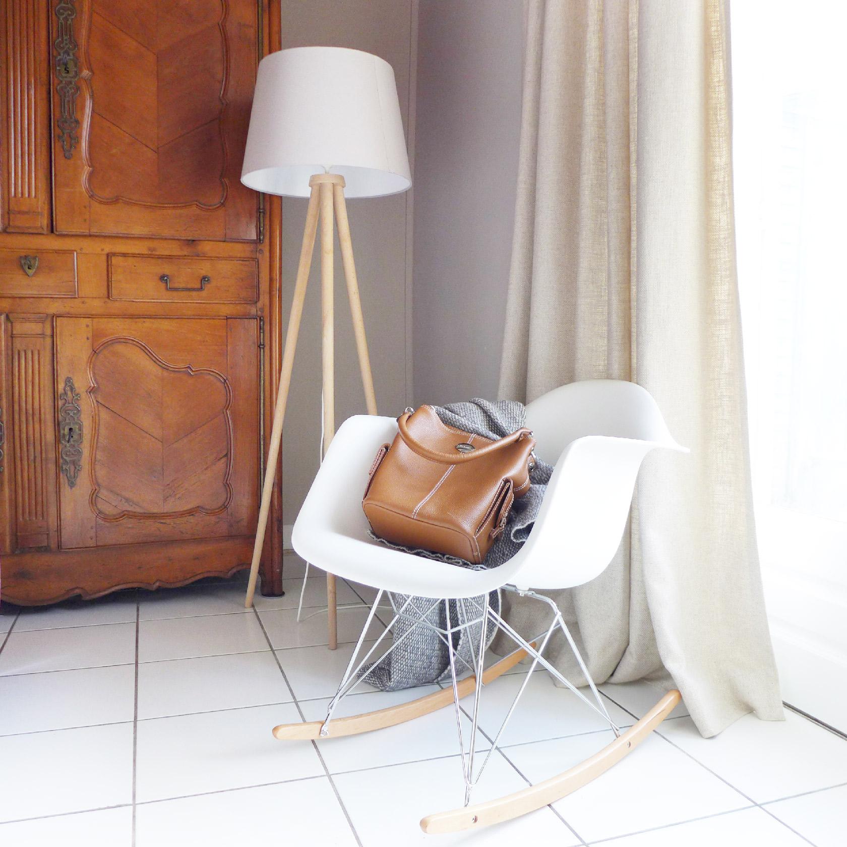 Réalisation du studio d'architecture et de décoration Skéa Designer. La chaise Eames, le lampadaire trépied et le rideau en lin réveille l'armoire ancienne.