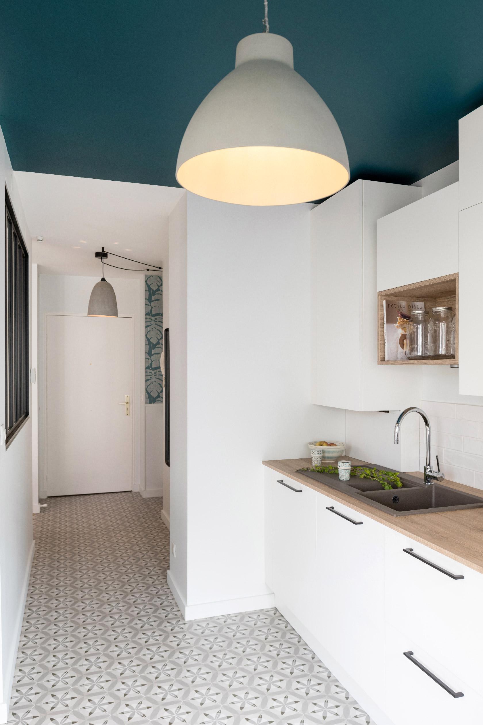 Ouverte à la fois sur le séjour et l'entrée, la cuisine offre une belle circulation.