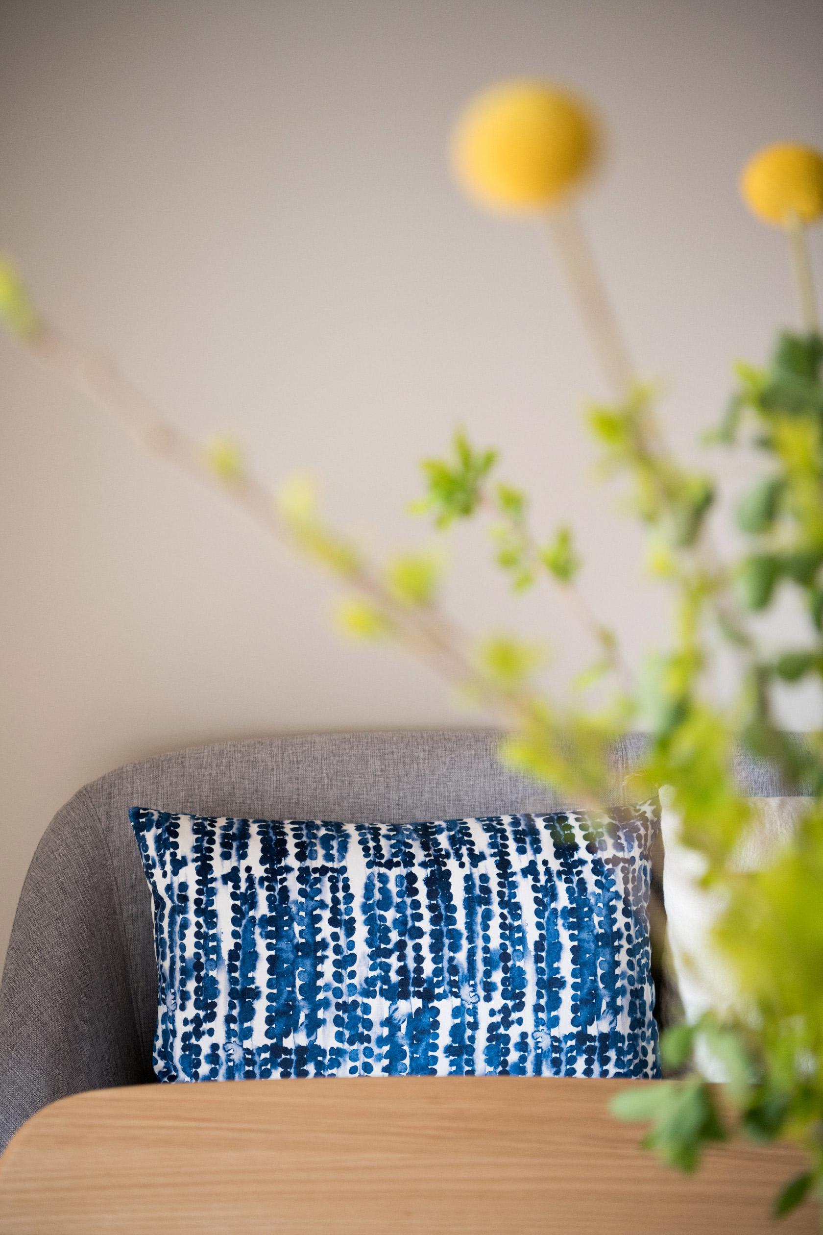 Les coussins à motifs bleus et blancs de la boutique Rosanna Spring par la designer Aurélie Richard.