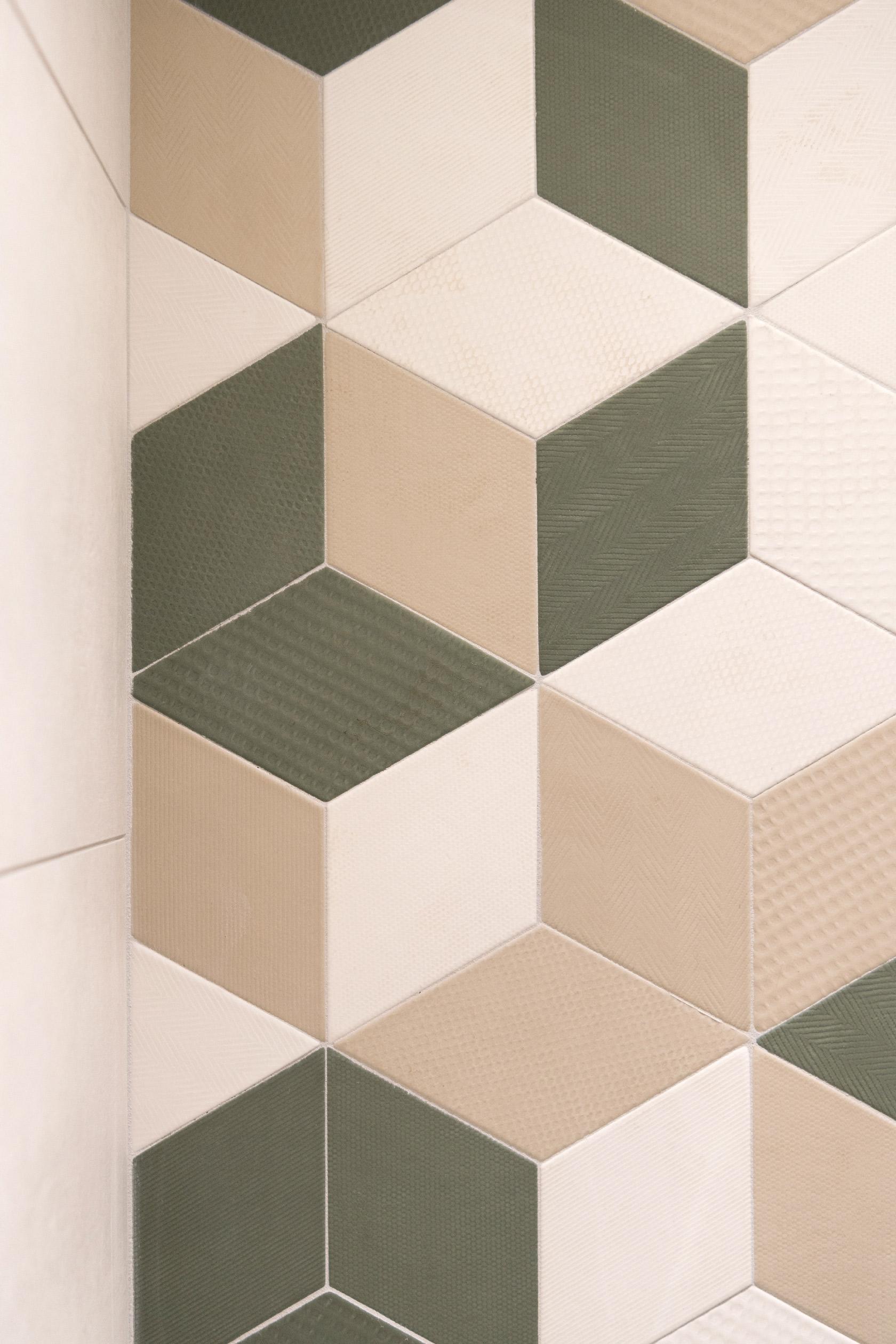 Les losanges du carrelage Mutina Tex se décline dans des teintes de vert, blanc et beige.