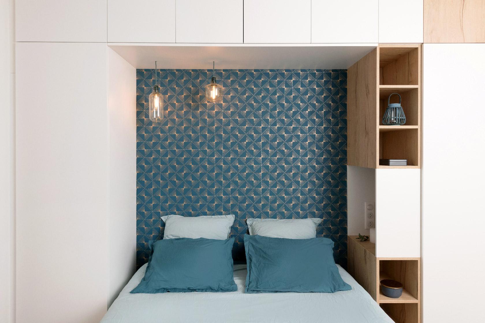 Le lit pont encadre un lit en 160 cm et permet de cacher tout une partie dressing.
