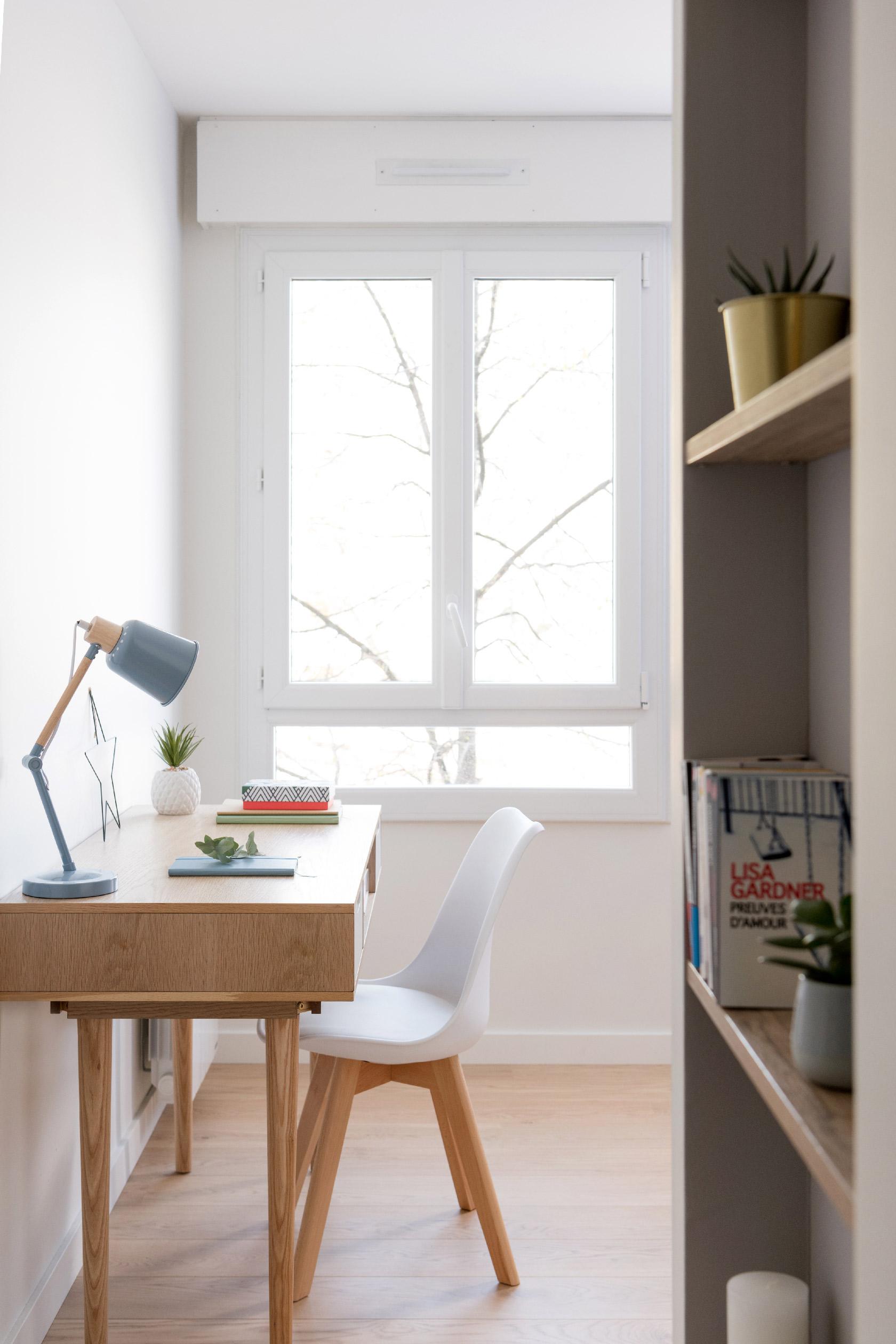 Dans l'entrée du bureau, une étagère gris et bois donne le ton de cette pièce épurée.