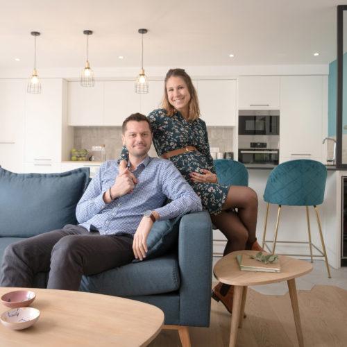 Le jeune couple est heureux de prendre la pose dans leur bel appartement.